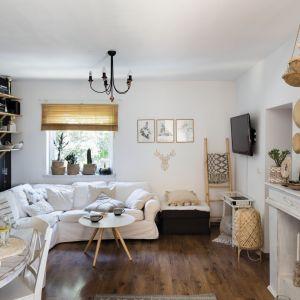 Jasny narożnik to centrum dowodzenia tego niewielkiego salonu. Projekt Justyna Majewska, Biały Domek Home Decor. Zdjęcia Bartosz Jarosz