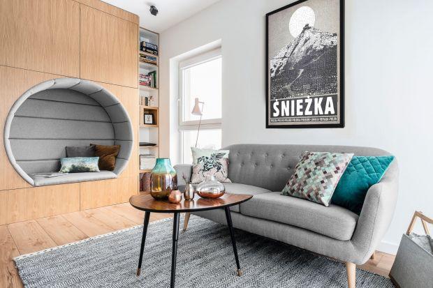 Czy w małym pokoju dziennym najlepiej sprawdzi się narożnik? Jak wybrać kanapę do niedużego salonu i jak ją ustawić? Czy dobrym pomysłem będzie fotel? Wybraliśmy 10 niedużych salonów z różnymi układami mebli wypoczynkowych. Może znajdziec