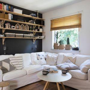 Jasny kolor to najlepszy pomysł aby optycznie powiększyć niewielki salon. Projekt Justyna Majewska, Biały Domek Home Decor. Zdjęcia Bartosz Jarosz
