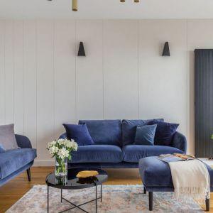 Salon utrzymany jest w minimalistycznej stylistyce, choć w klasycznym wydaniu. Na ścianach położono fragmenty tynku dekoracyjnego. Projekt i zdjęcia: Decoroom