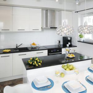 W białej kuchni postawiono na czarne, kontrastowe akcenty. Projekt Katarzyna Uszok