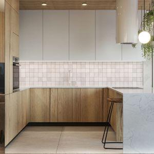 Kuchnia z drewnianymi frontami i barek śniadaniowy z okładziną z modnym rysunkiem marmuru. Projekt i wizualizacje: Agnieszka Rozmysłowicz, Viann Interior Design