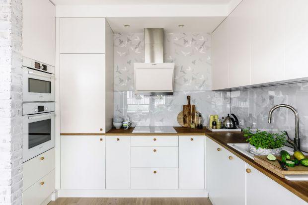 Biel w kuchni rządzi od wielu sezonów. Nic dziwnego, bo wbrew pozorom jest to bardzo praktyczny, uniwersalny i łatwy w utrzymaniu kolor. A do tego pięknie się prezentuje!