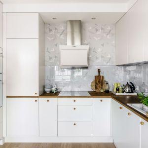 Biała kuchnia urządzona została w skandynawskim stylu. Projekt Saje Architekci. Fot. Fotomohito