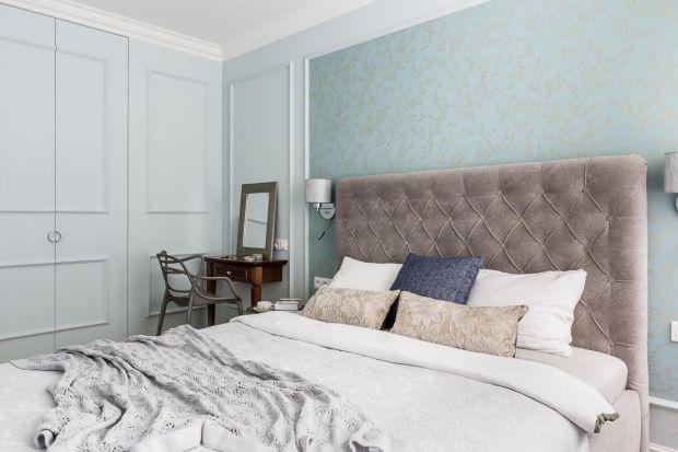 Oświetlenie w sypialni, bez względu na to czy wybierzemy wiszące kinkiety czy stojące lampki, musi być ładne. Będzie bowiem stanowiło piękne ozdobę ściany w sypialni.