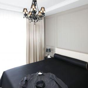 Stylowe oświetlenie stanowi piękny element dekoracyjny w sypialni. Wyróżni się również kolorem. Projekt: Katarzyna Mikulska-Sękalska. Fot. Bartosz Jarosz