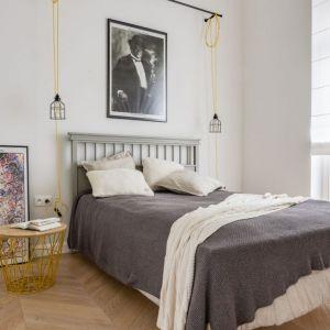 Oświetlenie w tej sypialni, mimo swoje prostej formy, jest bardzo dekoracyjnym elementem we wnętrzu. Projekt: LOFT Factory. Fot. Piotr Gęsicki