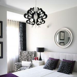 Czarne lampy pięknie prezentują się na tle jasne ściany i białego zagłówka. Projekt: Małgorzata Galewska. Fot. Bartosz Jarosz