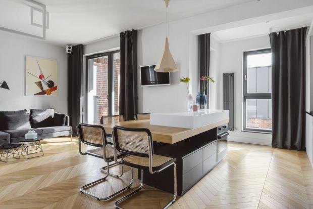 Drewniana podłoga w salonie to świetny pomysł. Pięknie wygląda i doda wnętrzu przytulności. Zobaczcie kilka fajnych salonów. We wszystkich jest oczywiście drewniana podłoga.