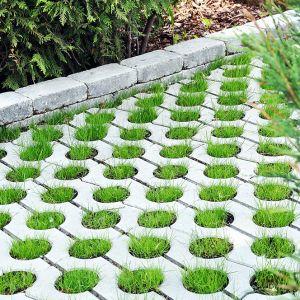 Niewątpliwą zaletą ażurowych płyt betonowych jest zwiększenie powierzchni bioaktywnej na posesji. Fot Polbruk
