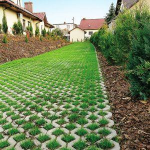Atutem tego rodzaju rozwiązania jest też bezpośrednie odprowadzanie wód opadowych do gruntu, co zmniejsza możliwości podtopienia domu czy garażu, a także ogranicza konieczność rozbudowywania odwodnień liniowych. Fot Polbruk