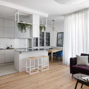 Aneks kuchenny w salonie - dzięki jasnej zabudowie kuchnia wtapia się stylistycznie w wystrój całej części dziennej. Projekt: Monika Wierzba-Krygiel. Fot. Hania Połczyńska