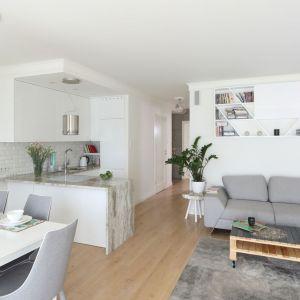 Aneks kuchenny to dobre rozwiązanie w nowoczesnym mieszkaniu w bloku. Projekt: Laura Sulzik. Fot. Bartosz Jarosz
