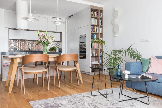 Jadalnia połączona z salonem to rozwiązanie idealne do niedużych wnętrz. Jak ją urządzić, by poszczególne strefy uzupełniały się i tworzyły spójną oraz funkcjonalną całość, sprzyjającą spędzaniu czasu w gronie rodziny i przyjmowaniu