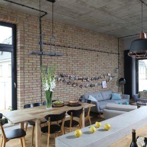Jadalnia podkreśla loftowy charakter aranżacji salonu. Projekt Maciejka Peszyńska-Drews