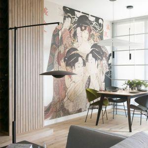 Tapeta na ścianie inspirowana Japonią. Takie rozwiązanie pozwoli pokazać pasje i upodobania mieszkańców. Projekt wnętrz: MIKOŁAJSKAstudio.  Zdjęcia: Jakub Dziedzic (Wnętrza Kraków)