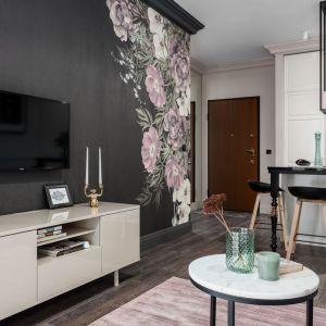 Piękne kwiatowe wzory dodają elegancji i stylu temu niewielkiemu mieszkaniu.  Projekt: JT Grupa. Zdjęcia FotoMohito