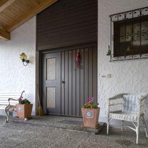 Przed wymianą obszar wejścia jest ciemny i sprawia wrażenie zaniedbanego. Dodatkowo stare drzwi nie spełniają wymagań dotyczących ochrony przeciwwłamaniowej i izolacyjności cieplnej. Fot. Hörmann