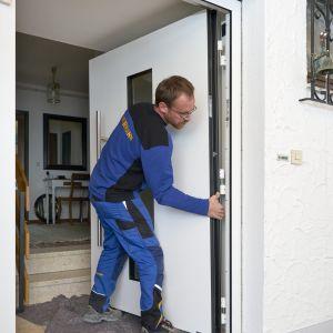 Teraz na próbę trzeba wstawić nową płytę drzwiową i sprawdzić działanie nowych drzwi zewnętrznych. Po poprawnym osadzeniu skrzydła drzwiowego można ostatecznie skręcić ramę.  Fot. Hörmann