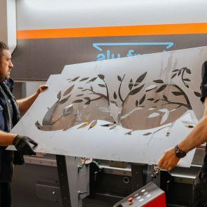 Poza standardowymi motywami, dostępnymi od ręki, można zamówić panele według własnego wzoru. Fot. alu-frost