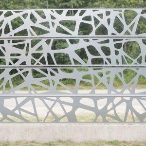 Atutem stalowych ogrodzeń - w porównaniu do cynkowej siatki ogrodzeniowej - jest też łatwość ich montażu. Panele osadza się na słupkach. Jeśli są one wcześniej przygotowane, z montażem można się uporać nawet w jeden dzień. Fot. alu-frost