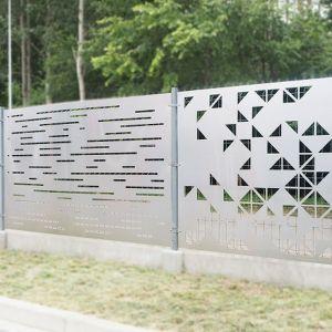 Koszt ogrodzenia metalowego jest zbliżony do tego z drewna. Trzeba się liczyć z wydatkiem około 300 zł za panel, ale jego trwałość jest dużo większa. Fot. alu-frost