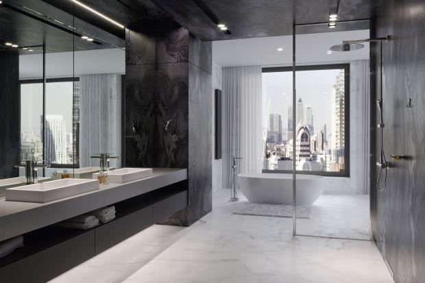 Mydelniczki, wieszaki na ręczniki, kubki na szczoteczki do zębów, uchwyty na papier toaletowy… W ferworze urządzania łazienki można zapomnieć, że ich zakup też trzeba dobrze przemyśleć.