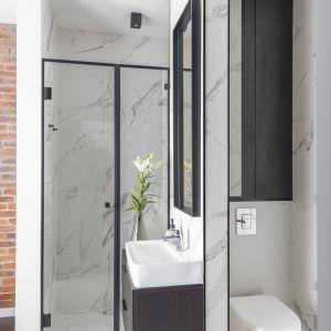 Całą przestrzeń łazienki wyłożono płytkami gresowymi Tubądzin Pietrasanta w wydaniu matowym.