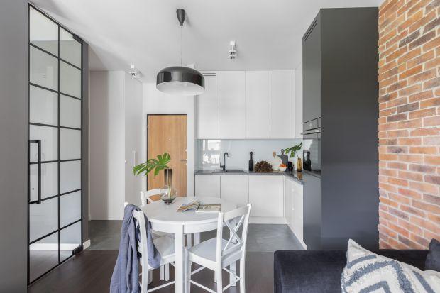 35-metrowa kawalerka zdecydowanie wyróżnia się na tle innych mieszkań na warszawskim Mokotowie, przygotowanych z myślą o wynajmie długoterminowym. Nawiązujący do industrialnej stylistyki wystrój nadaje wnętrzu wyrazisty charakter, a dzięki do�