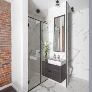 Odważnym posunięciem ze strony inwestora i architektów było wyburzenie ściany między łazienką a sypialnią.