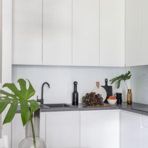 Niewielki narożny aneks kuchenny wyposażono w zabudowę sięgającą sufitu, co pozwoliło optymalnie wykorzystać przestrzeń.