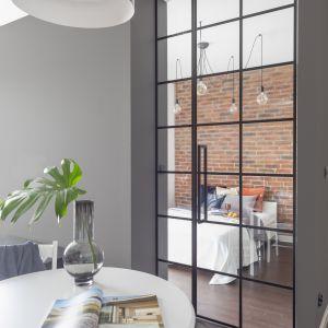 Wyburzenie ściany nadało części prywatnej mieszkania zupełnie nowy kształt.