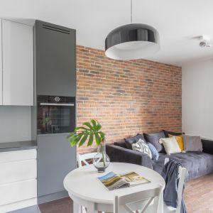 Architekci zaakcentowali odrębność funkcjonalną poszczególnych części mieszkania poprzez zróżnicowanie materiałów użytych do wykończenia podłóg oraz ścian, a także umiejętnie grając kolorystyką.