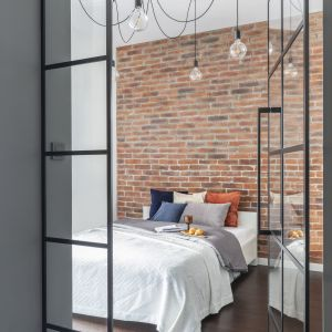 Brak standardowego przejścia pomiędzy częścią dzienną a prywatną mieszkania, to jeden z kluczowych elementów, decydujących o ostatecznym kształcie tego wnętrza.