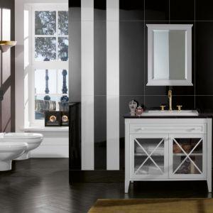 Pasy i czarno-biała tonacja to cechy charakterystyczne klasycznych aranżacji. Na zdjęciu łazienka w stylu klasycznym z łazienkową kolekcją Hommage. Fot. Villeroy & Boch