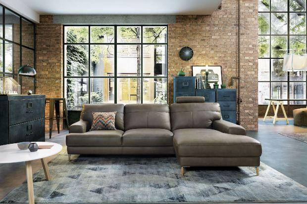 Mieszkanie w pofabrycznych budynkach ma wiele uroku, jednak w naszym kraju wciąż jest rzadkością. Dlatego wiele nowych mieszkań tworzonych jest w wersji soft loft, inspirowanej estetyką industrialną. Ocieplone elementami drewnianymi oraz weselszą
