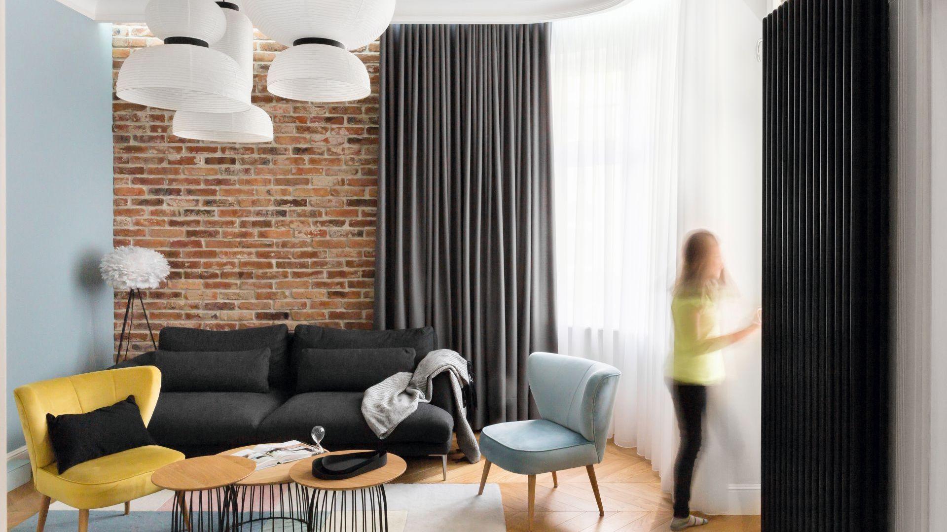 Surowy, nieco minimalistyczny wystrój ocieplają pastele i inne żywe kolory. Projekt Anna Maria Sokołowska, Architektura Wnętrz. Zdjęcia Paweł Mądry