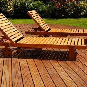 Ogród przydomowy - drewniany taras. Fot. Vidaron