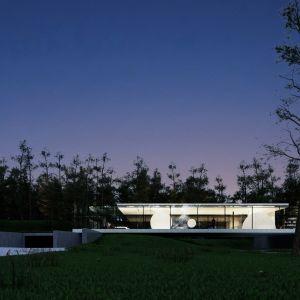 Elewacja właściwa to warstwa środkowa i wewnętrzne ściany działowe, także szklane.  Fot. Dom Szeroko Zamknięty - House Wide Shut pracownia Grupa Plus Architekci