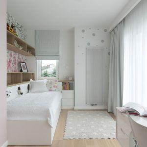 Pokój dziewczynki w bieli, z kolorowymi akcentami. Projekt: MIKOŁAJSKAstudio, fot Jakub Dziedzic