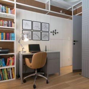Pokój ucznia. Podstawą jest wygodne biurko i fotel, przyda się też porządna lampka. Projekt: MIKOŁAJSKAstudio, fot Jakub Dziedzic