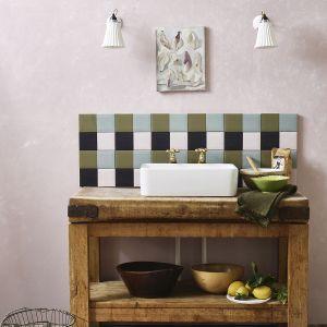 Nakładaj Chalk Paint™ na ścianę pomalowana farbą Wall Paint od Annie Sloan używając kawałka tektury. Przeciągaj, przecieraj i zeskrobuj farbę na całej powierzchni ściany tworząc warstwy kolorów i tonów, aż będą się idealnie przenikały. Tak uzyskasz efekt dekoracyjnego tynku, który podkreśli śródziemnomorski klimat wnętrza. Gdy farba wyschnie, aby zabezpieczyć powierzchnię wykończ płytki nakładając cienką warstwę Clear Chalk Paint™ Lacquer, a ścianę wartstwą Chalk Paint™ Wax lub Clear Chalk Paint™ Lacquer. Fot. Annie Sloan