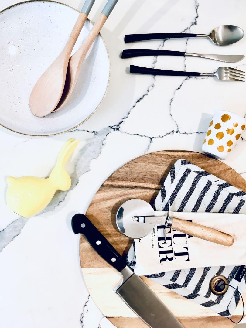 Crystal Calacatta Amnis to kultowa biel przeplatana dominującą żyłką, czarująca i pełna wdzięku w każdym wnętrzu. Projektanci łączą ją zwykle z białymi frontami mebli kuchennych. Doskonale prezentuje się także z drewnianymi akcentami. Fot. TechniStone