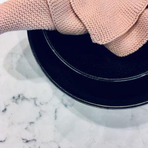 Jednym z najpopularniejszych wzorów jest Mystery White, który łączy lodową biel i nowatorskie, brązowooszare żyłkowanie, a wyjątkowy połysk i głębia zapewniają niezwykły efekt finalny. Ten wzór pięknie łączy się z odcieniami szarości jaki i błękitu. Fot. TechniStone