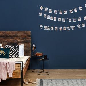 Głęboki odcień farby Midnight z kolekcji Beckers Designer Collection nada pomieszczeniu ciepła, które zachęci do oddania się błogiemu relaksowi.
