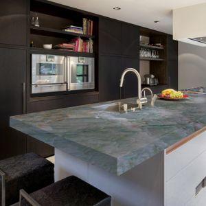 We wnętrzach inspirowanych urban jungle posadzka, ściana, blat czy parapety z kwarcytu Alexandrite doskonale podkreślą charakter i klimat mieszkania. Fot. Interstone