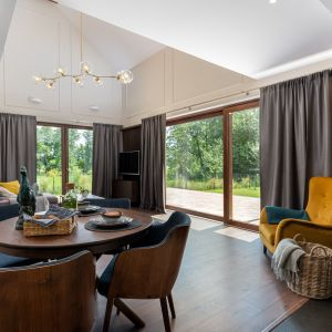 Pierwsze skojarzenie jakie przywodzi nam na myśl dom za miastem to kominek, drewniana podłoga i miękkie dywany oraz wygodna kanapa. Projekt Studio Decor. Fot. Promofocus.pl - Karol Kleszyk