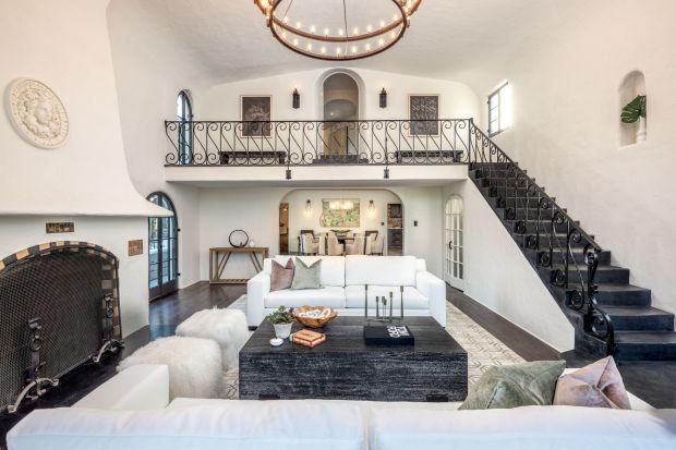 """Pamiętacie film """"Tajemnice Los Angeles"""" z nagrodzoną za tę rolę Oskarem Kim Basinger? Zapraszamy do wirtualnego zwiedzenia pięknego domu, który także zagrał ważną rolę w tym hollywoodzkim szlagierze."""