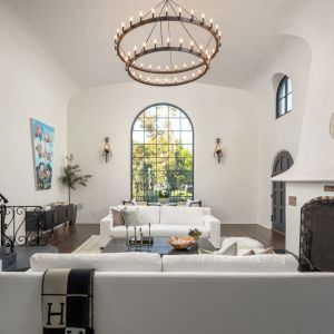Wnętrze domu jest stylowe i pełne światła. Zdjęcia: Christopher Stinner, Juwan Li, Adrian Van Anz. Źródło: TopTenRealEstateDeals.com