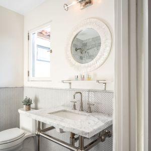 Także łazienki zaprojektowano w historycznym stylu. Zdjęcia: Christopher Stinner, Juwan Li, Adrian Van Anz. Źródło: TopTenRealEstateDeals.com